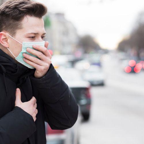Młody mężczyzna w masce - Czym są choroby współistniejące przy COVID-19