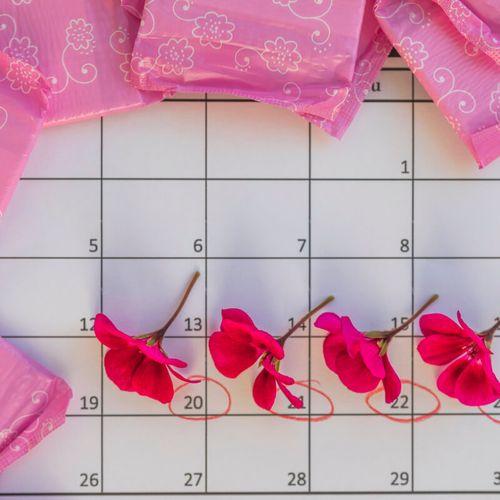 Kalendarz z kwiatami i zaznaczone dni okresu. Nieregularna miesiączka po czterdziestce.