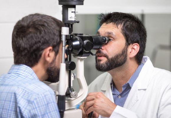Badanie wzroku. Co to jest kurza ślepota i jak ją rozpoznać?