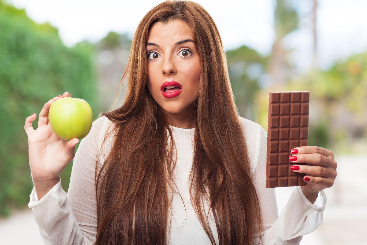 Kobieta z czekoladą i jabłkiem. Psychologiczne problemy po operacji bariatrycznej - z czego wynikają