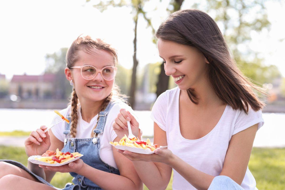 Dwie kobiety na pikniku. Wakacyjna dieta.