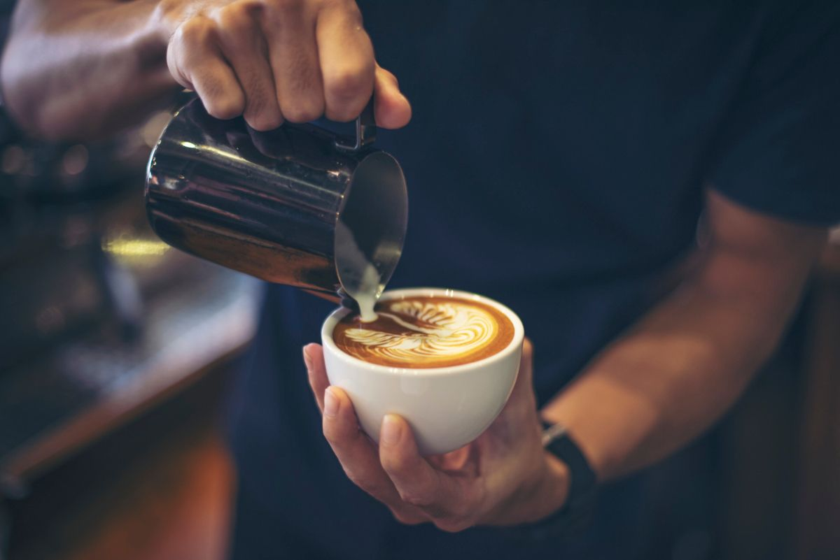Barista przygotowuje kawę. Jak uniknąć zgagi? - oto, czego nie powinieneś jeść